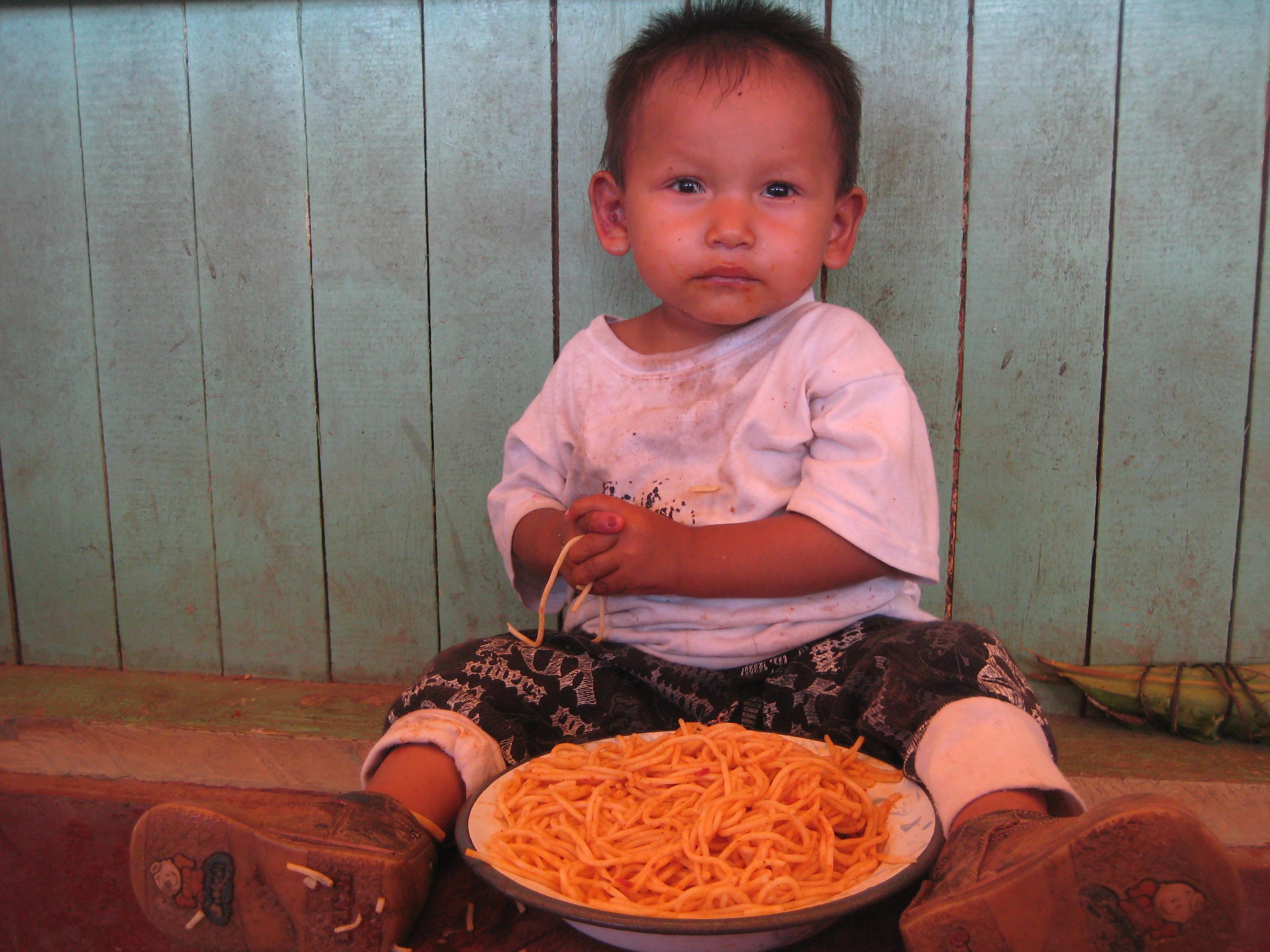 Niño probando los espaguetis. El tomate les encantó. Aporta vitaminas C y B (entre otra y minerales).